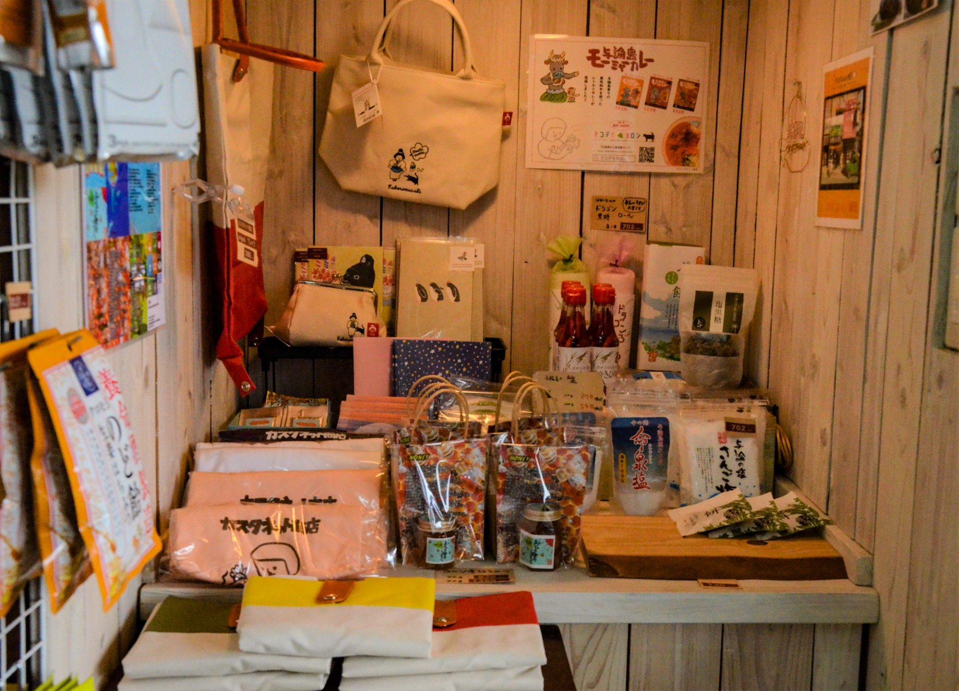 店内には、お菓子や食品、カスタネット商店オリジナル商品や与論島のおみやげ、雑貨などが並んでいます。
