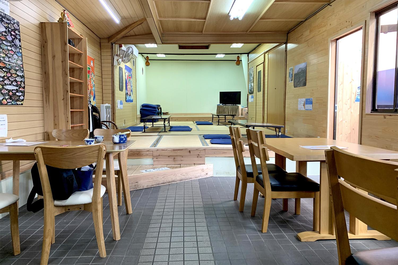 改装されて明るくなった店内にはテーブル席、座敷席、個室があります