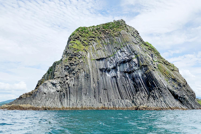 柱が連なったような奇岩は柱状節理(ちゅうじょうせつり)