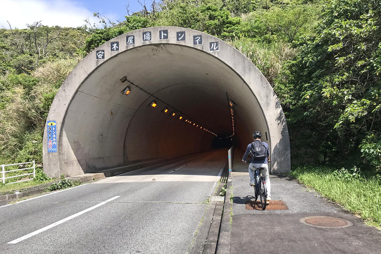 トンネルには、必ず左右のどちらかにガードレールつきの歩道がありました