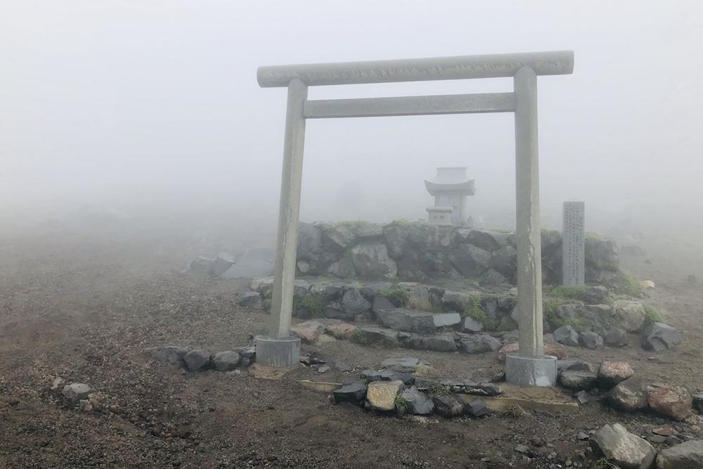 霧島神宮元宮を抜けると頂上へ