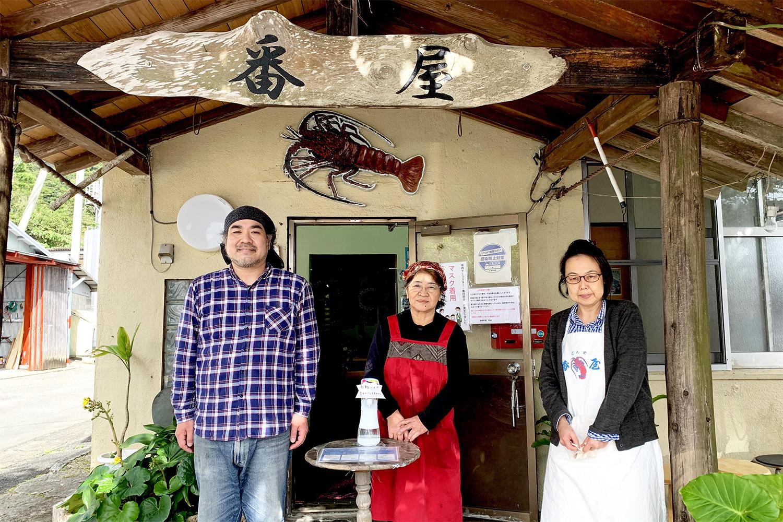 料理の素材は御主人の岩崎 勝さん、厨房担当はおかみさんの岩崎 恵子さん(中央)と息子の恵一さん(左)、フロア担当は奥様の智華子さん