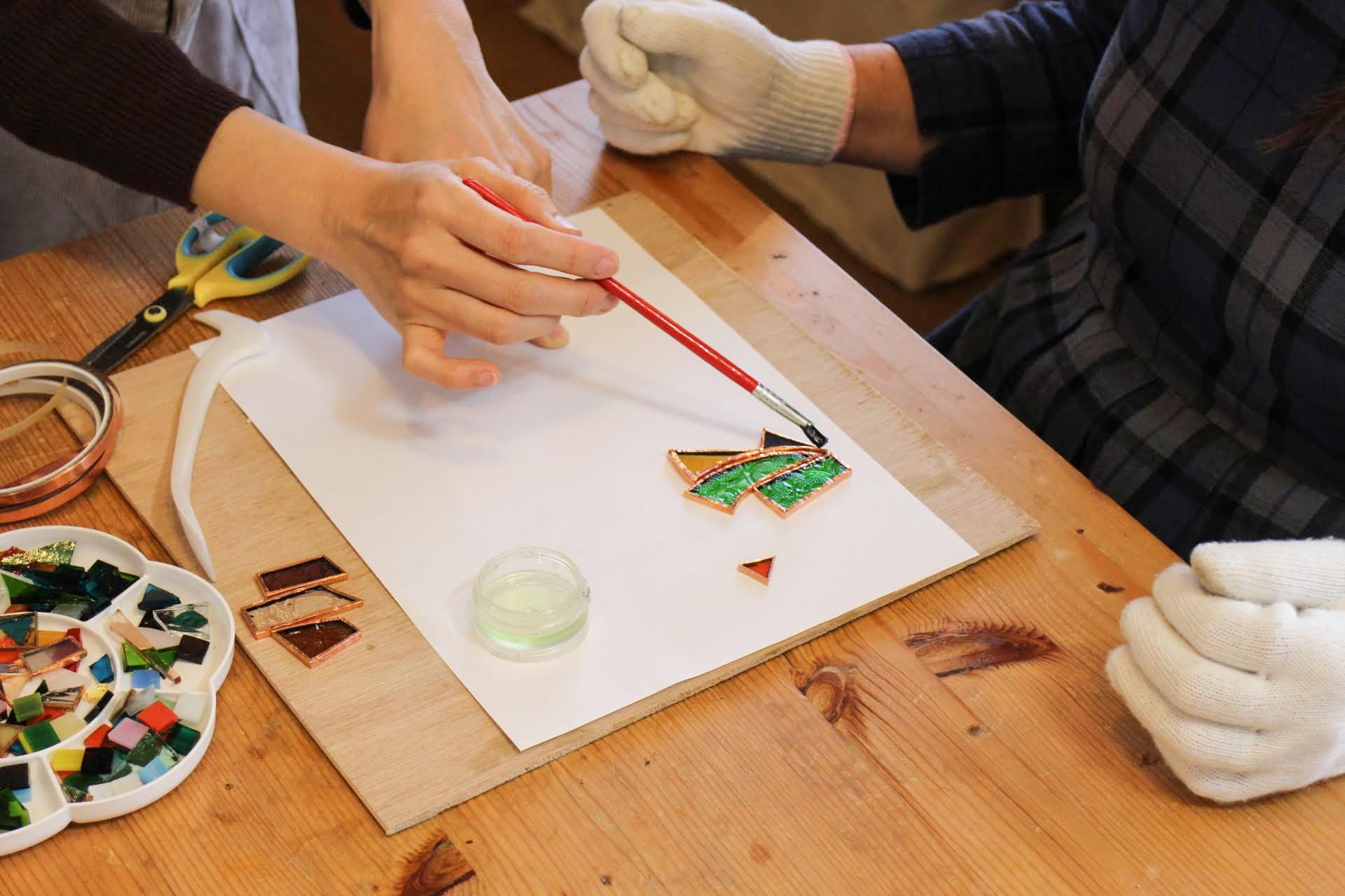銅の部分に筆でフラックスを塗ります