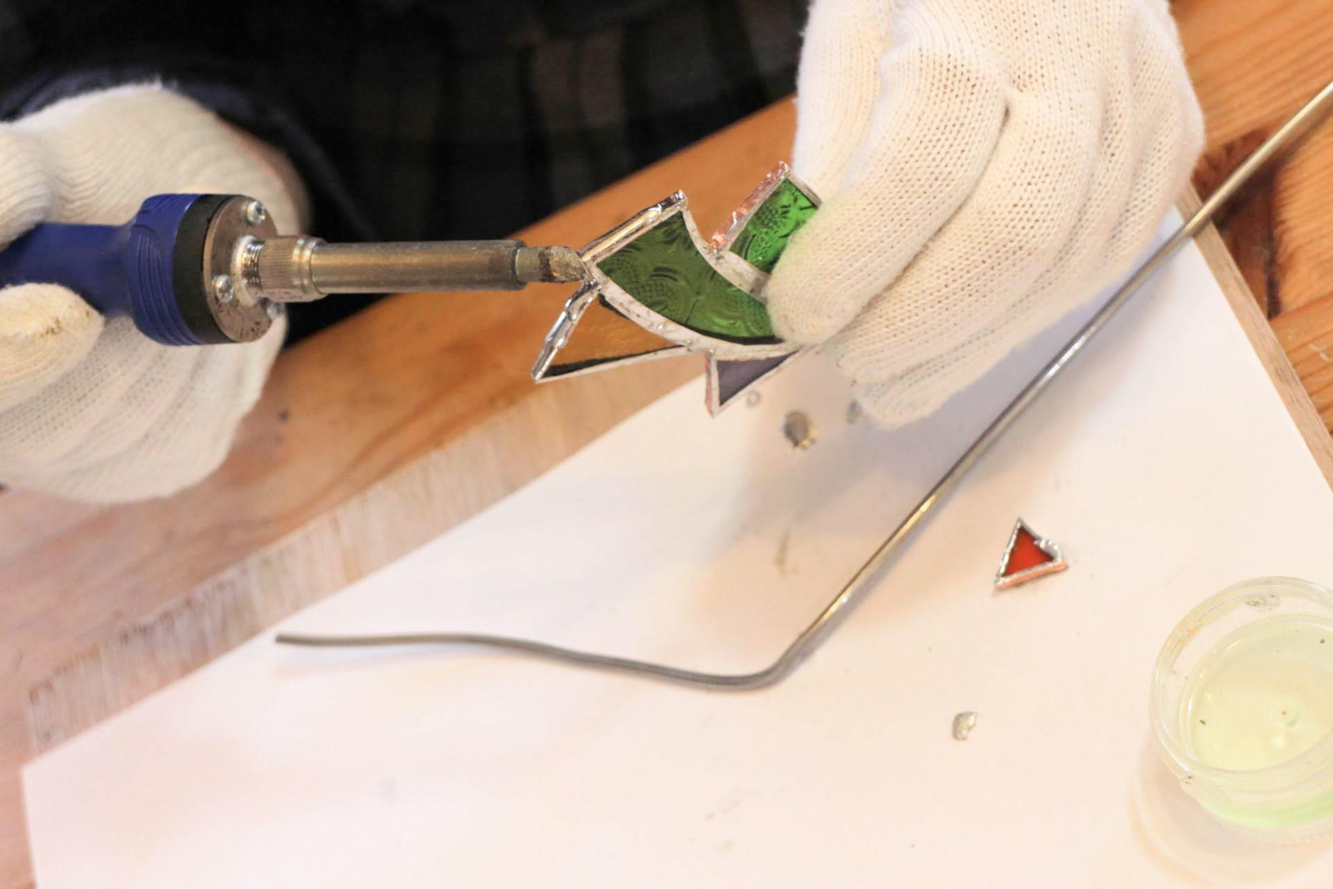 はんだごてではんだ棒を溶かし、銅テープの上にのせてくっつけていきます