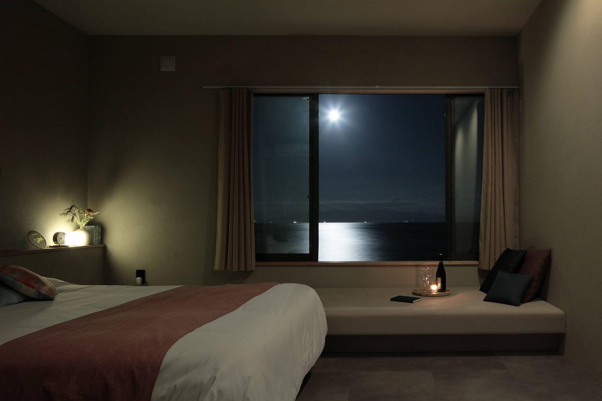 「有明月」という部屋から見える満月と布引の月