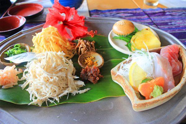 奄美の美しい海を見ながらいただく「ばしゃ山村レストラン AMAネシア」の手間ひまかけた昔ながらの鶏飯 イメージ