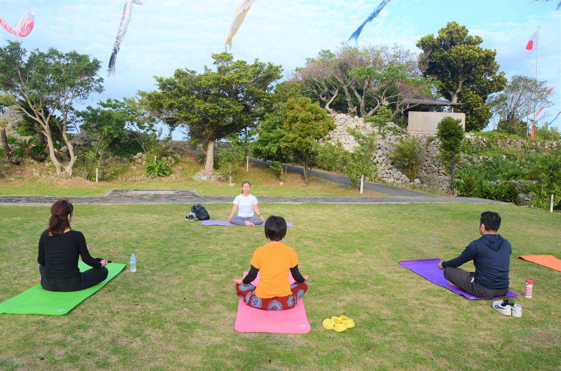 旅先でおすすめの朝活!与論島のパワースポット「地主神社」で行う神社ヨガ