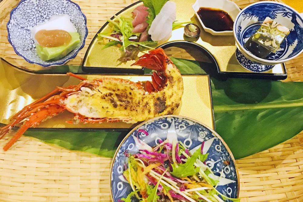 トビンニャ(マガキ貝)、ハンダマご飯(水前寺菜のご飯)、車海老のほやほや(海老のすり身がほやほや〜としている様)など