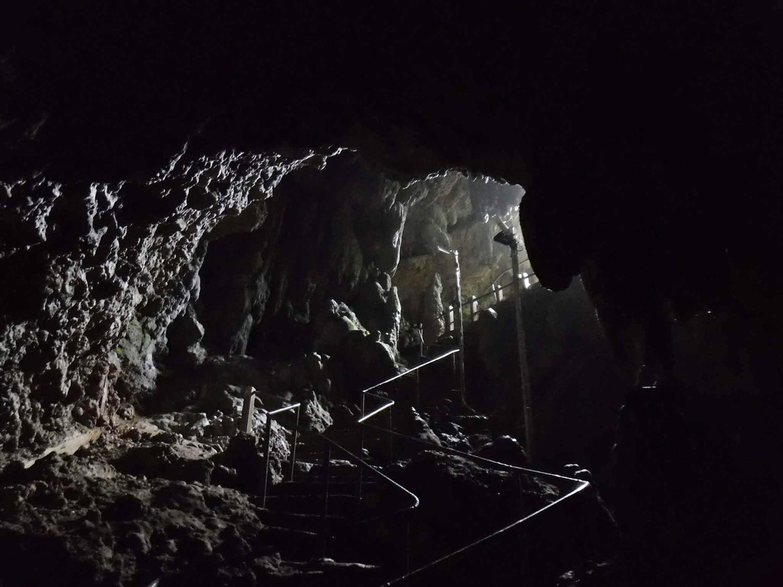 お社は洞穴の中!