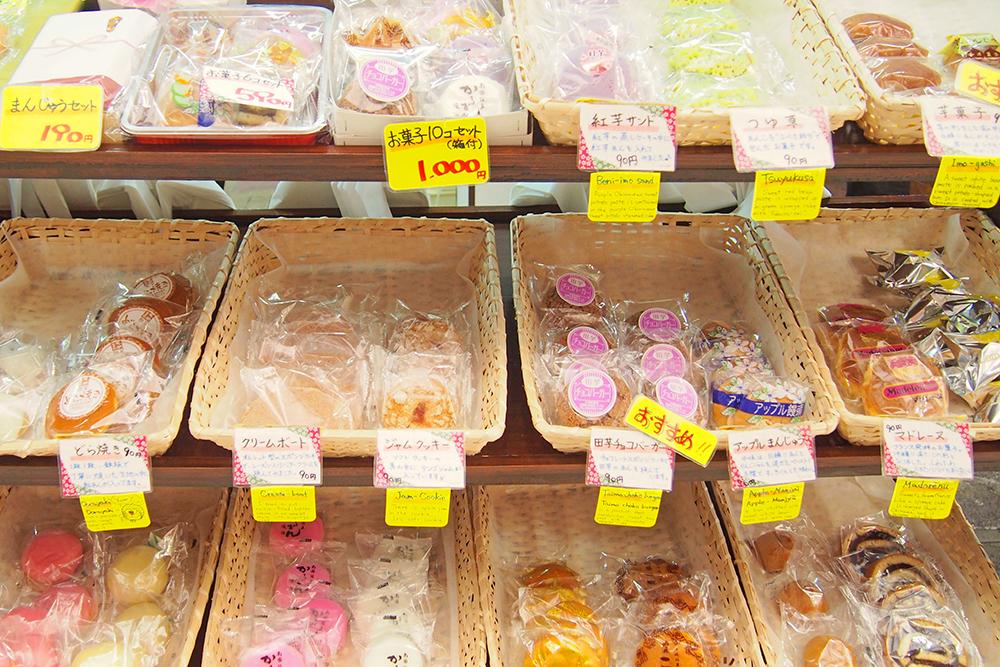 沖縄ならではの行事菓子以外にも、チョコスポンジ生地の「タイモチョコバーガー」や「紅芋サンド」など洋風のオリジナル菓子もあり