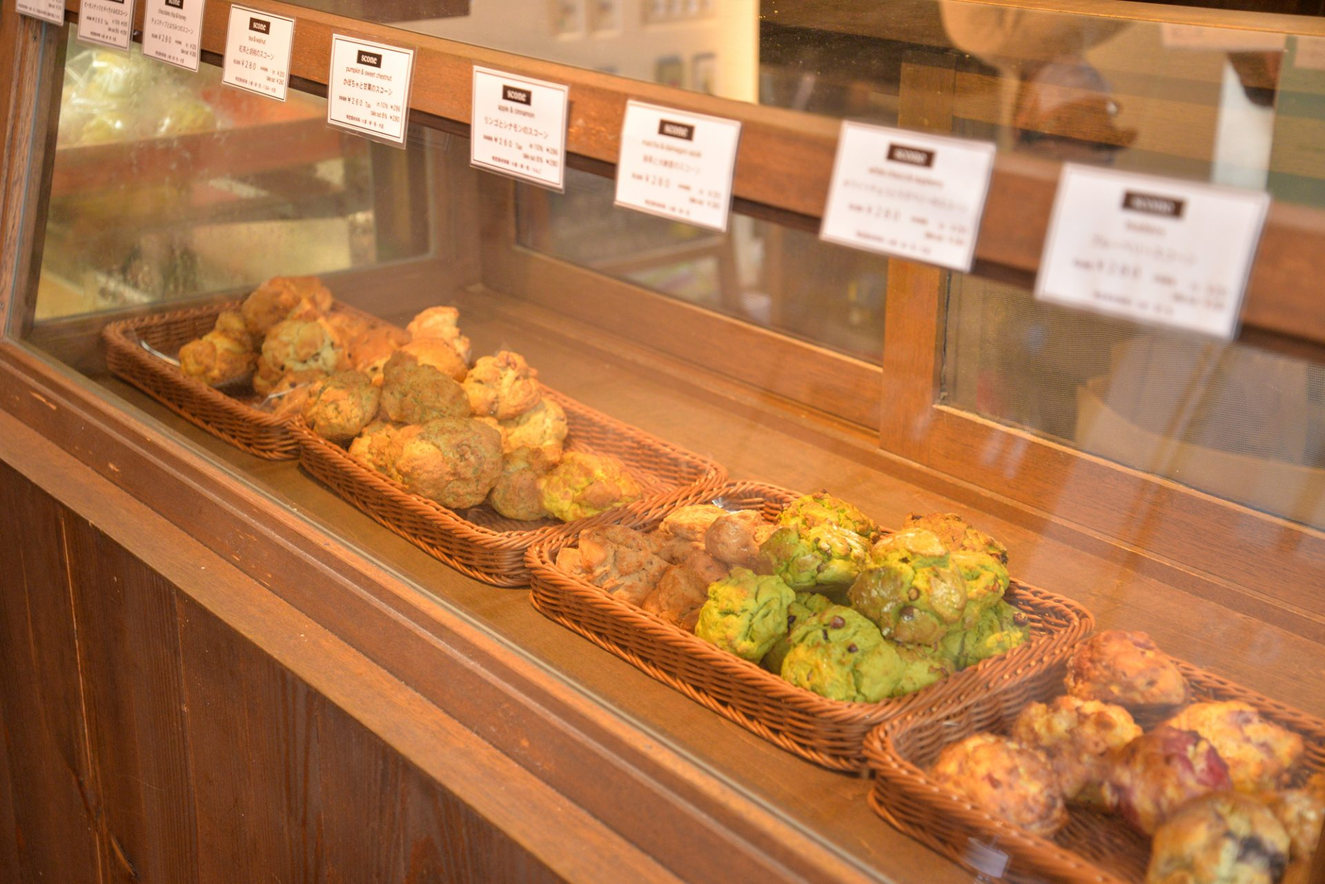 入り口のショーケースには、手作りのスコーンやチーズケーキ、食パンなどがズラリと並んでいます。