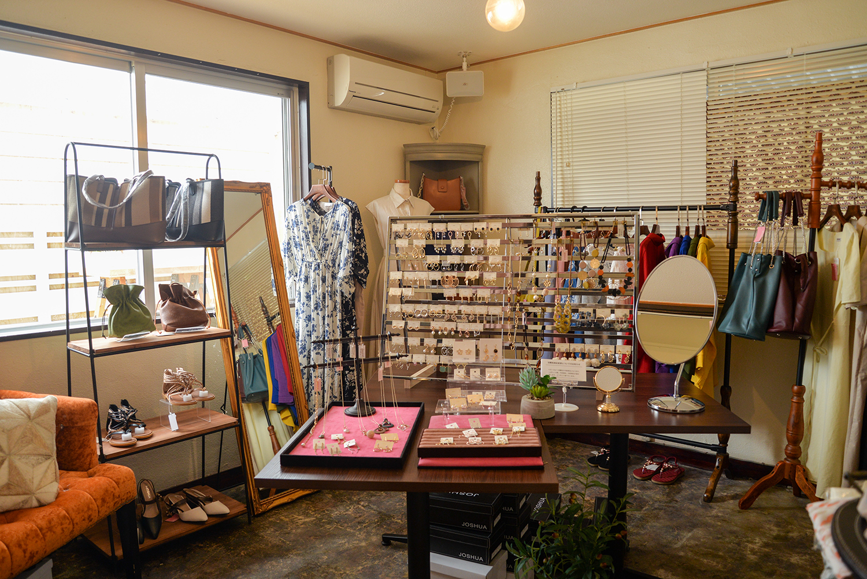 アパレルブランド「JOSHUA」の洋服やアクセサリーも販売しています