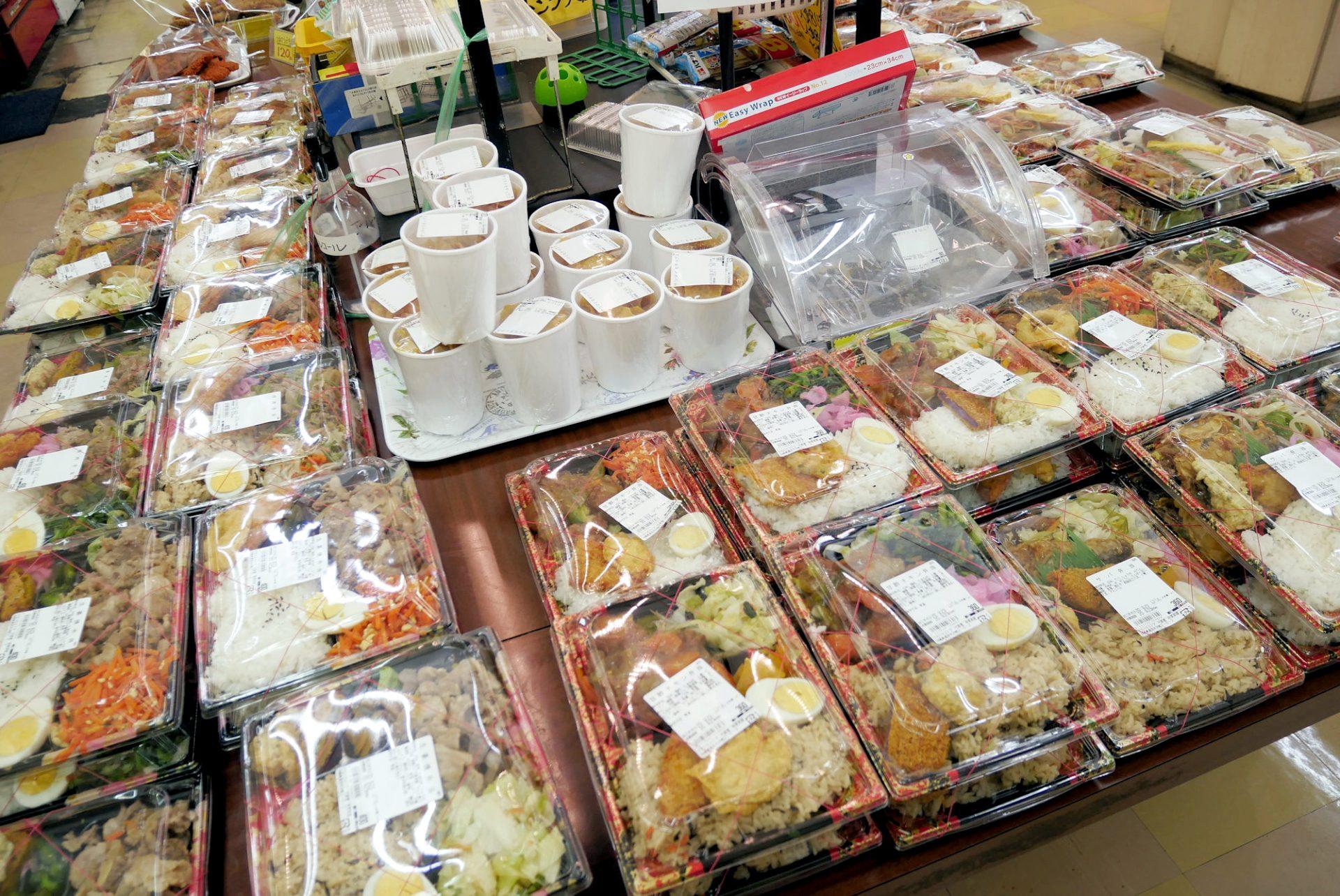 たくさんの弁当が並んでいます