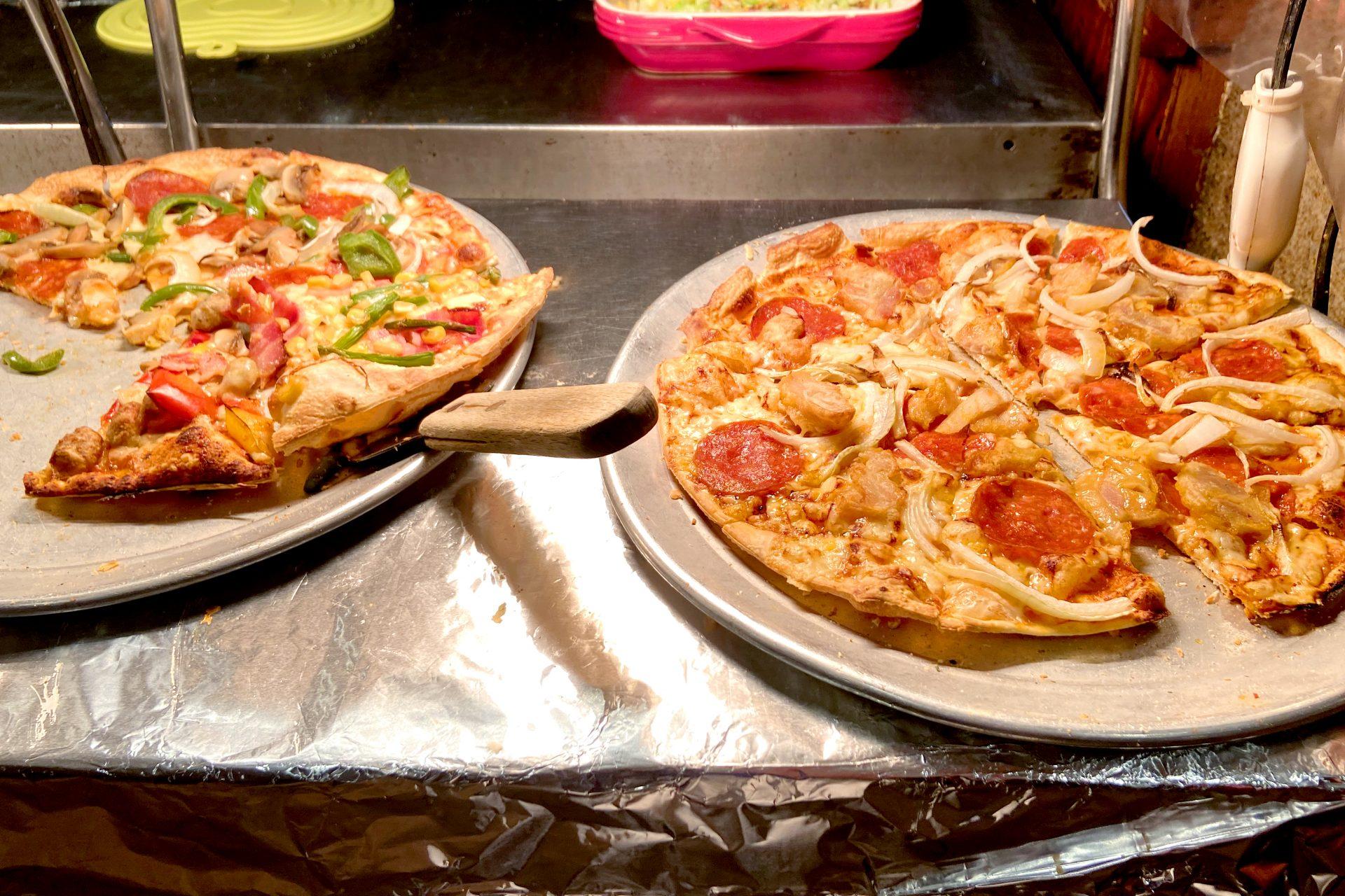ピザは常時4~6種類取り揃えており、焼きたてピザが次々運ばれてくるため、ピザ好きにはたまらないでしょう。