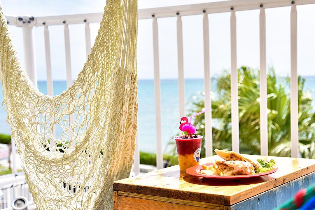 沖縄の絶景カフェ「HAMMOCK CAFE LA ISLA」