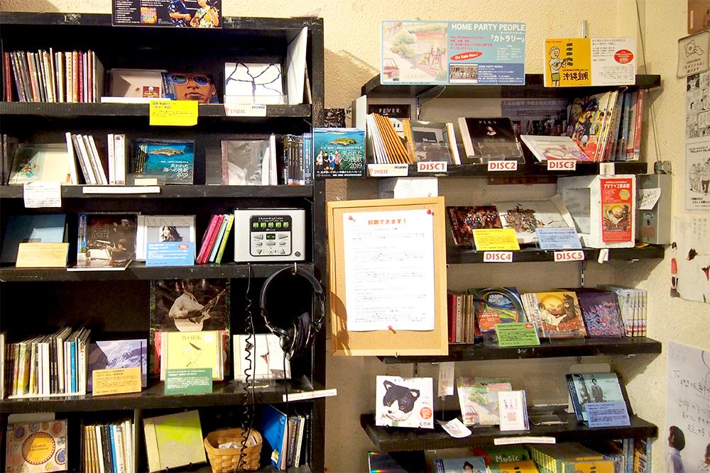 CD棚には沖縄出身アーティストの作品など