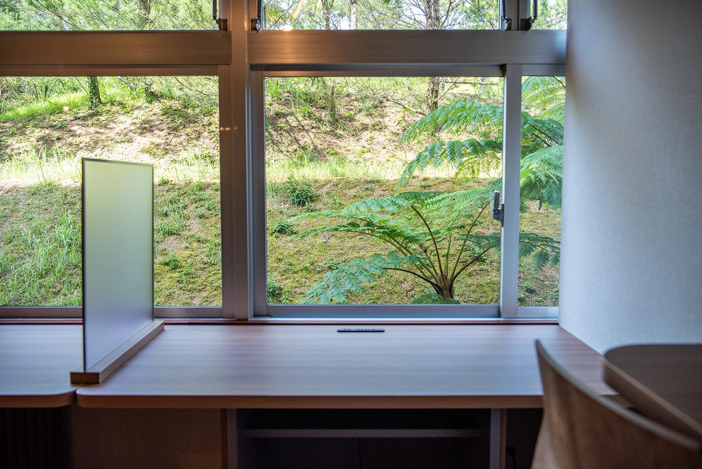 緑が目の前に広がる窓際の席