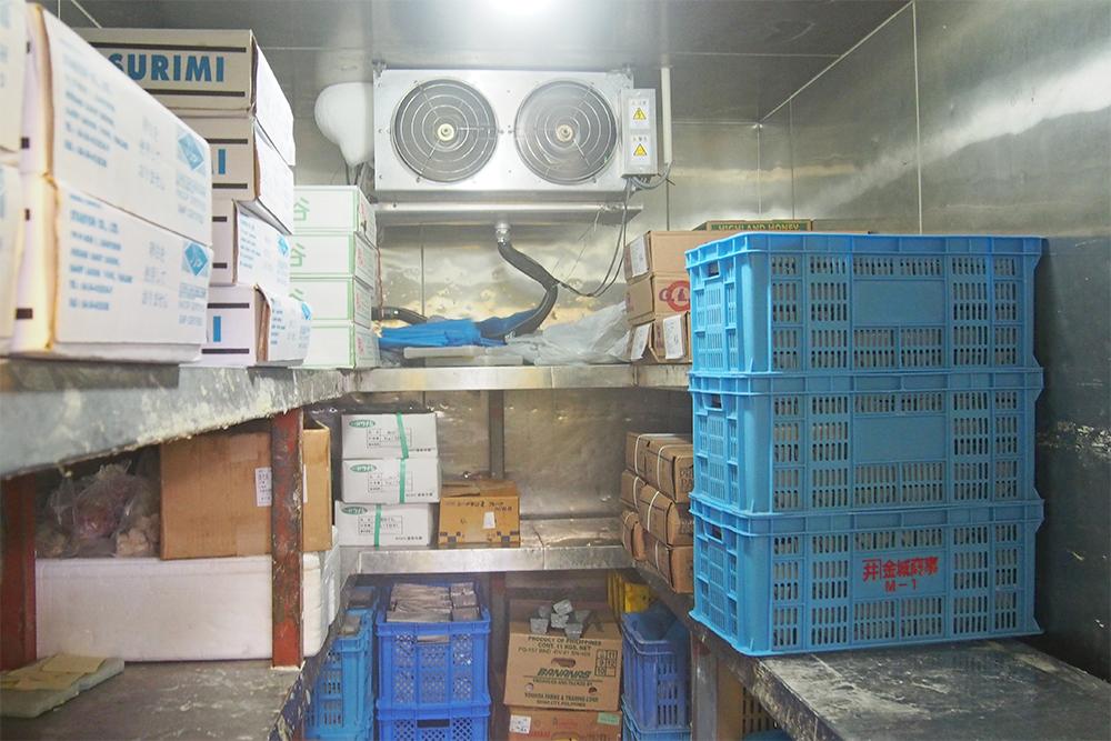 ①原料を保存する冷凍庫