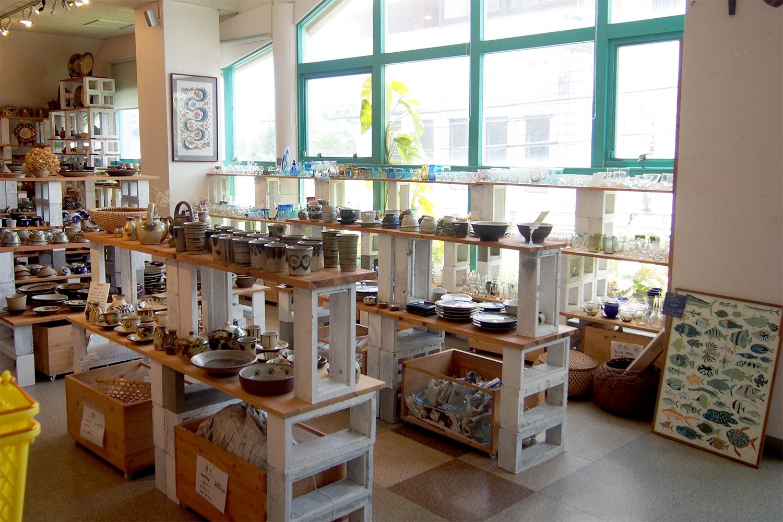 二階の売り場に並ぶのは、やちむんをはじめガラスに漆器、張り子など