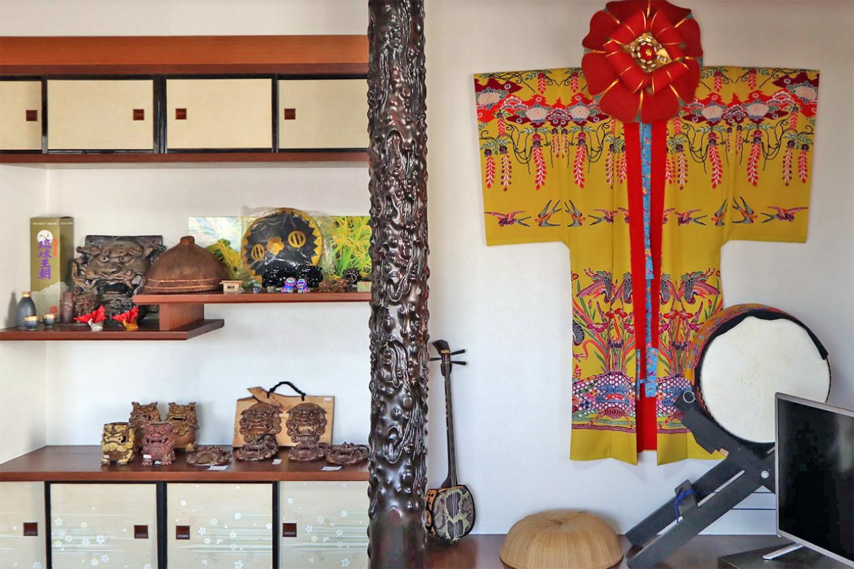 沖縄の伝統工芸品(紅型、三線、シーサー等)が飾られています