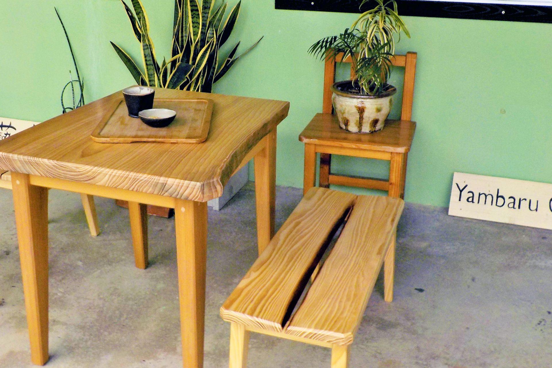 カフェスペースのテーブルとイス