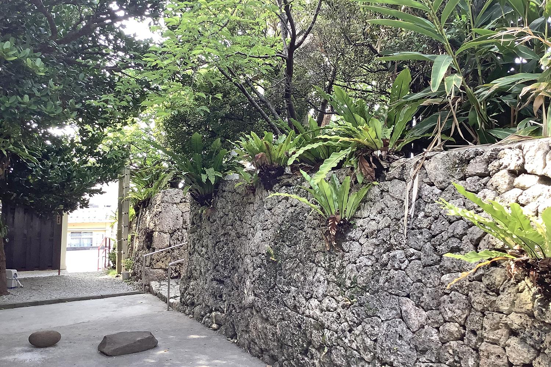 石垣 かつては神応寺が隣接していました