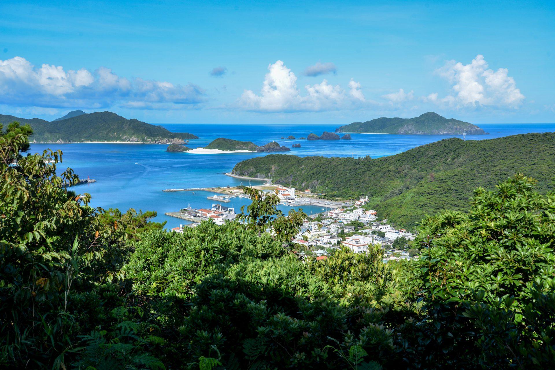 座間味島全体を見渡せる「高月山展望台」