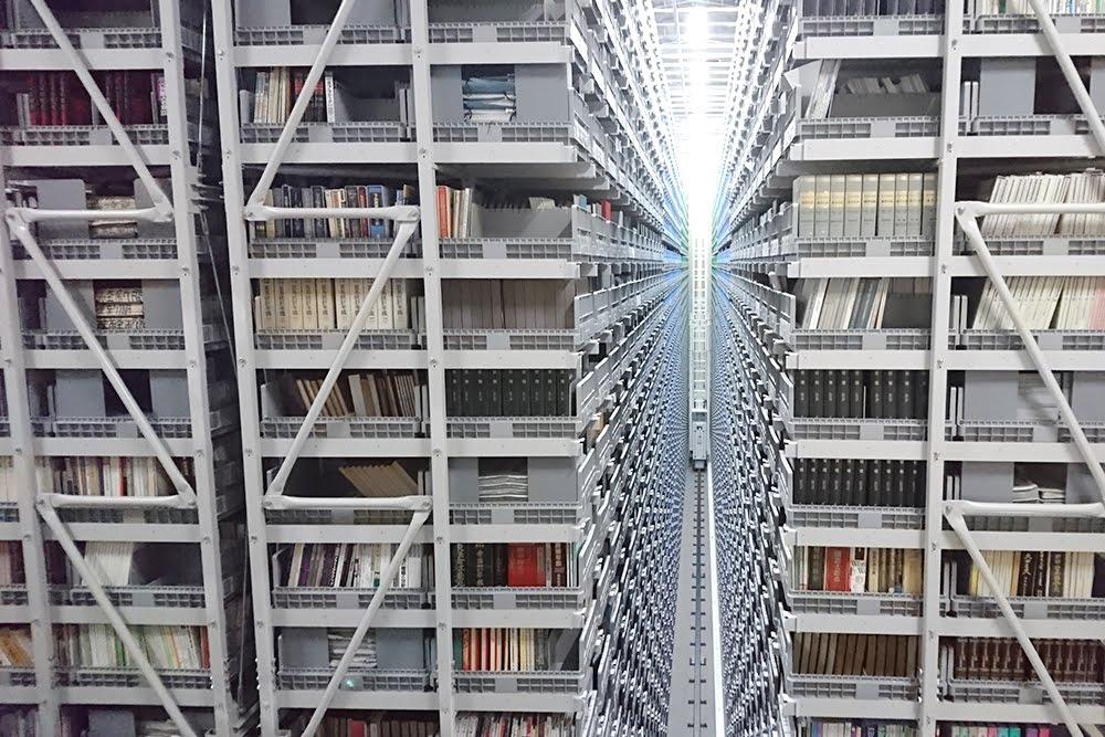 蔵書に収納された約30万冊の書籍