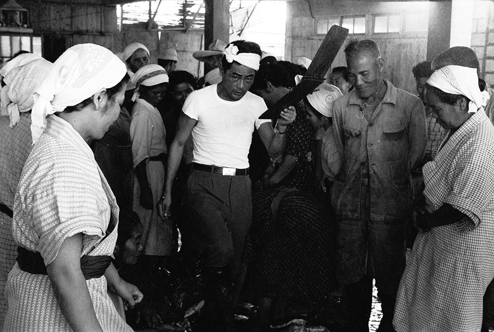 セリで魚を買い付けている曽祖父の章信さん