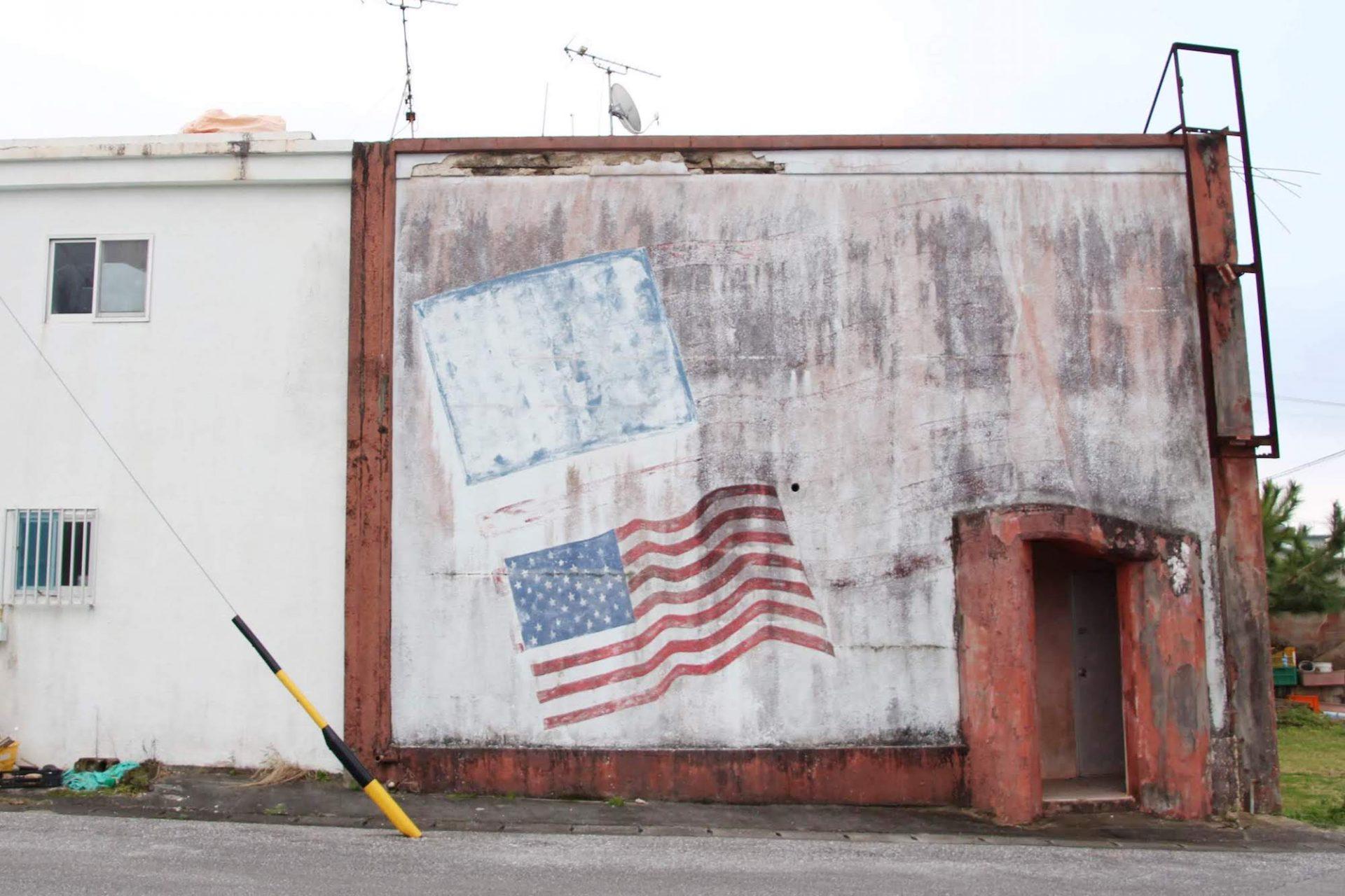 星条旗が描かれた建物
