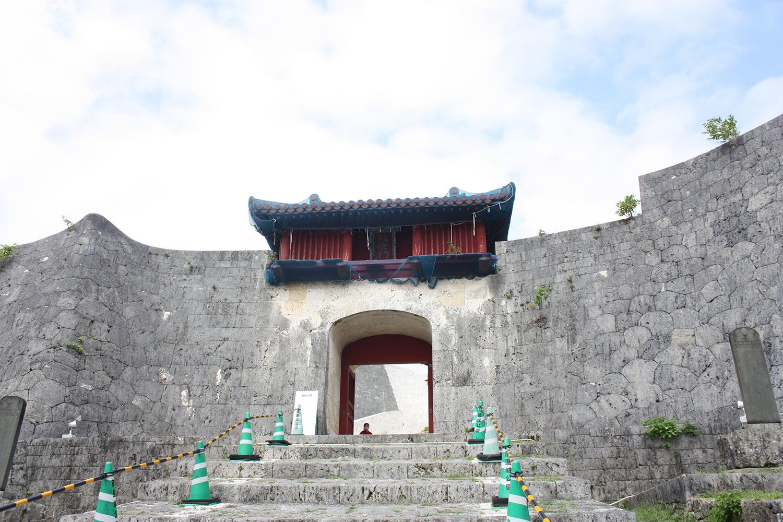 首里城継世門