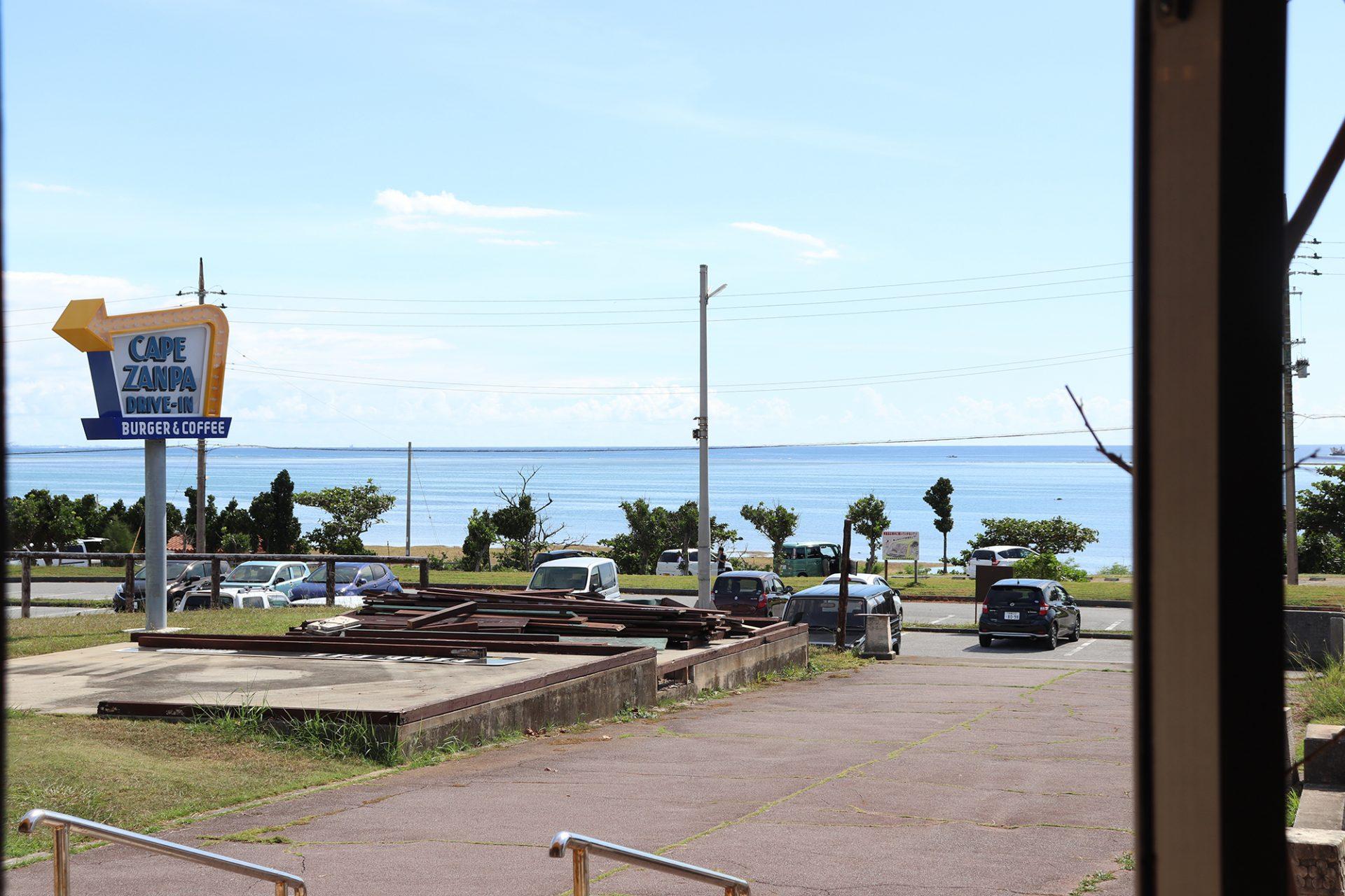 建物の入口から海を望むことができ、天気がいい日には、環境省の国立公園に指定されている慶良間諸島を遠くに見渡せます