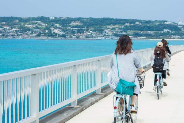 レンタサイクルで渡る古宇利大橋!今帰仁村の古宇利島まで片道2キロ、海の上を走るような高揚感を味わえる イメージ