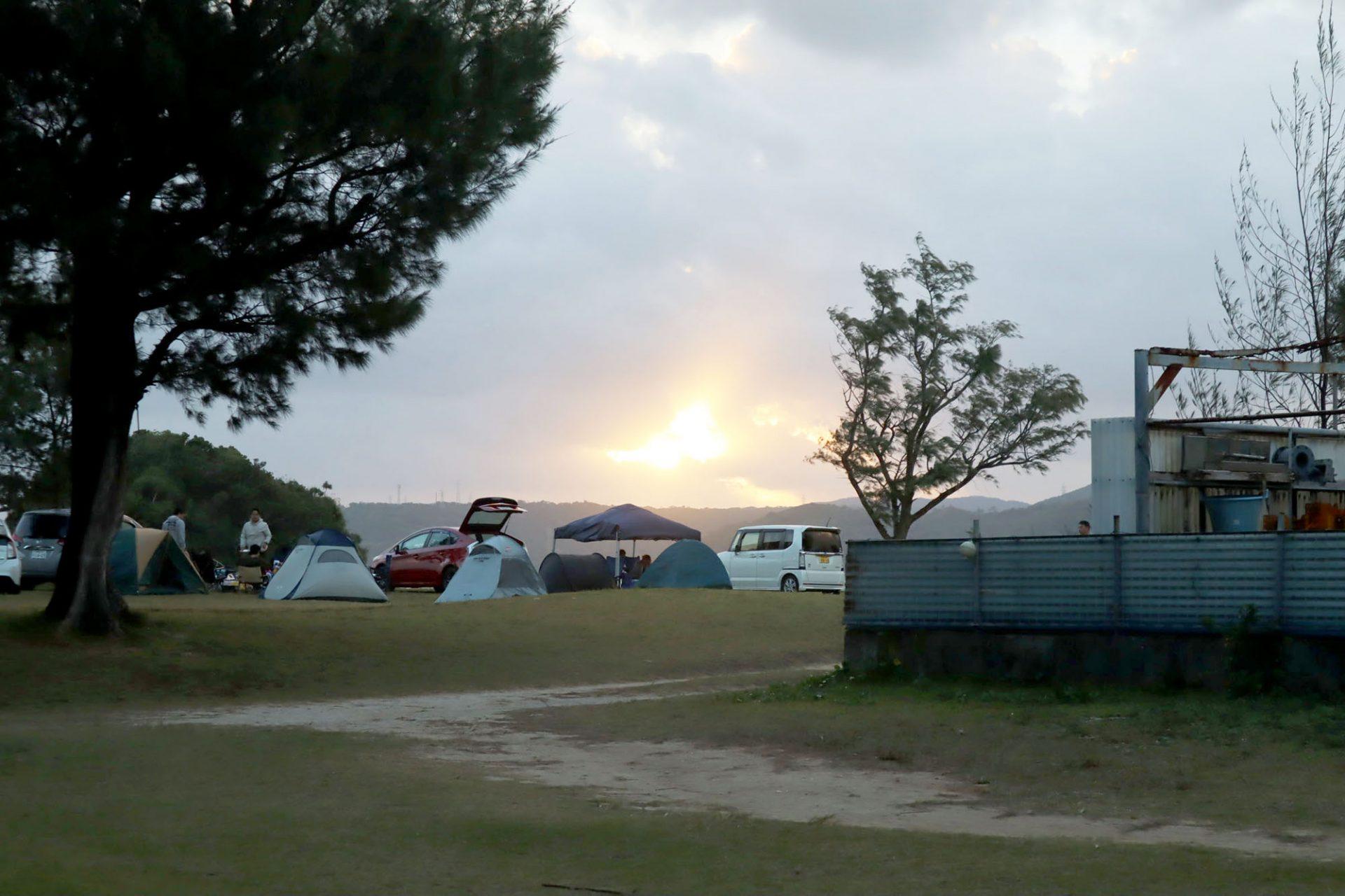 太陽の光で目覚めるキャンプの朝