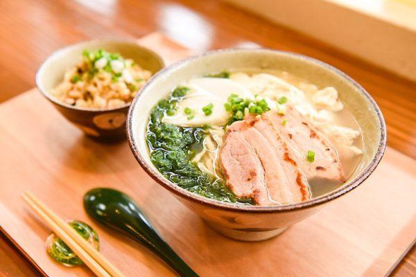 そのスープに店主の生き様を込めて まいにち食べても「美味い!」沖縄そばを 読谷村のまいにち食堂 イメージ