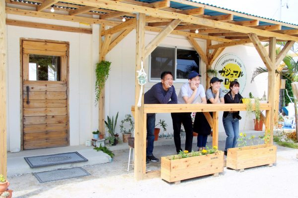 ハンモックに揺られながら、沖縄の海を堪能!贅沢な沖縄時間を過ごせる古宇利島のカフェ「ガジュマルロック」 イメージ