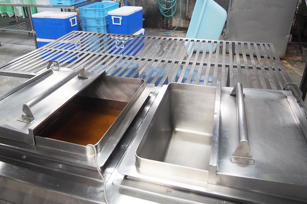 揚げ物は多段式フライヤーへ、蒸し物は蒸し器へ