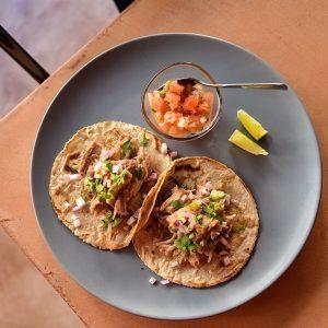 ビールを片手に音楽とメキシコ料理を味わう 那覇市のメキシカンカフェ「vida loca」