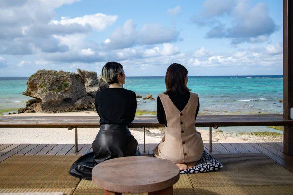 高台から見渡す海はまさに絶景 読谷村でのんびり過ごすなら「バンタカフェ」へ
