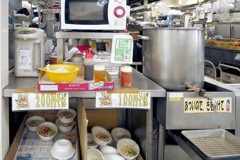 レジ横では沖縄そばが販売されていました